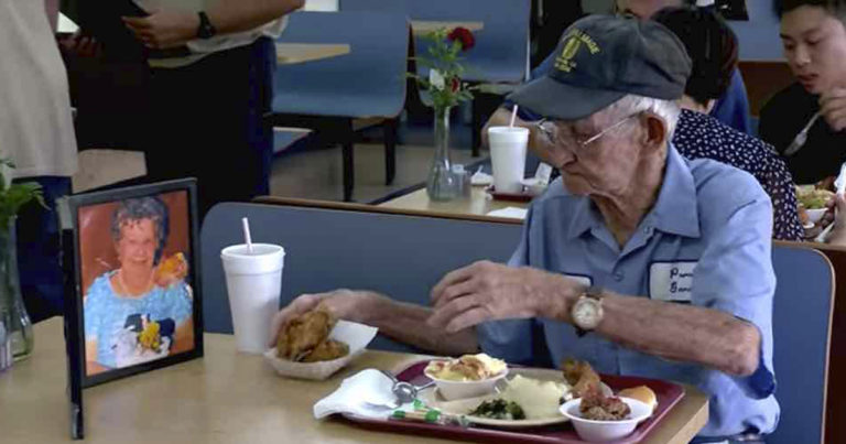 viúvo almoça com a foto da esposa falecida