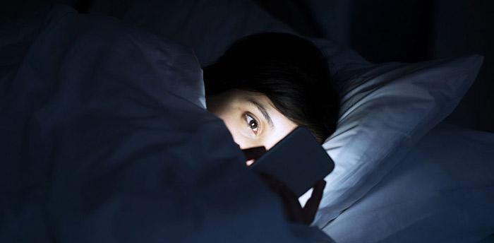 celular na cama