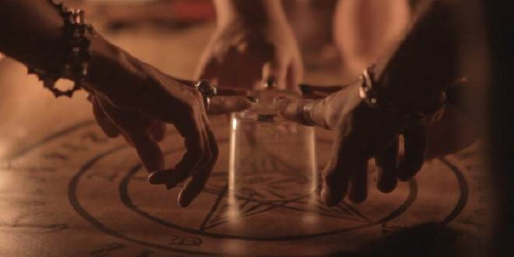 Brincadeira do copo: comunicação com espíritos | Visão Espírita